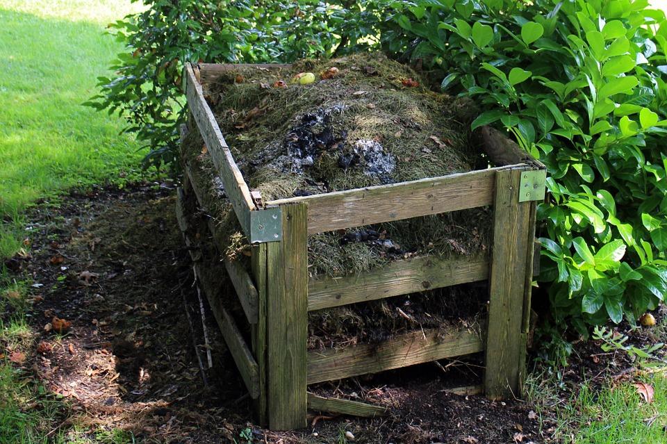 klassischer Komposthaufen im Garten